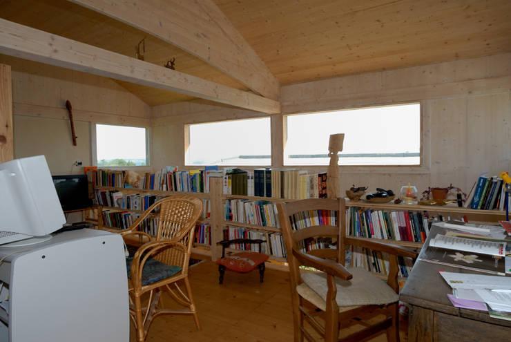 Maison écologique de José Bové: Bureau de style de style Moderne par eco-designer