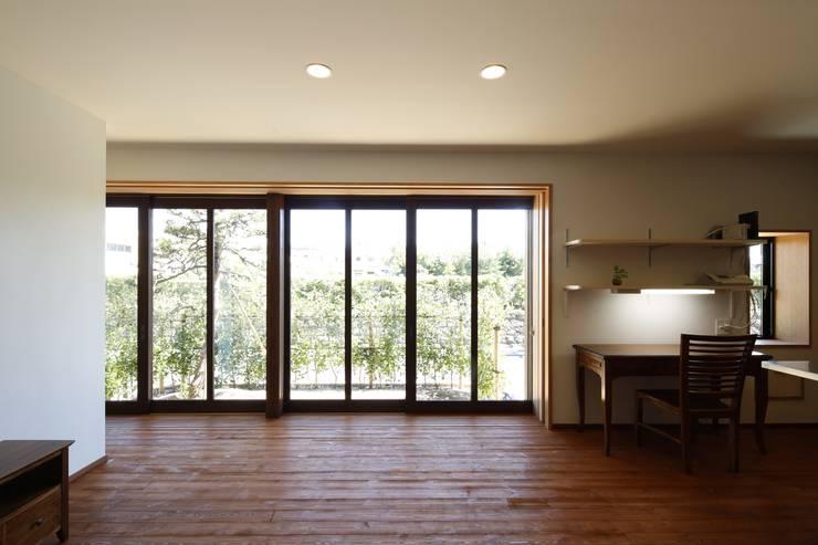 リビングから臨む庭のながめ: 白根博紀建築設計事務所が手掛けた窓です。