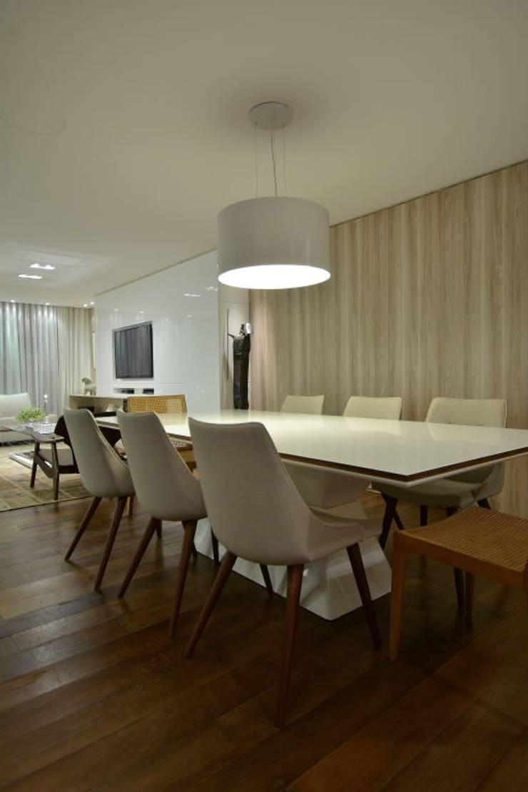 Estar leve e atemporal: Salas de jantar  por karen feldman arquitetos associados