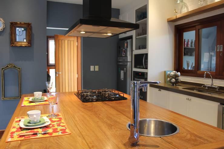 Bancada da cozinha integrada,feita em madeira cumarú.: Cozinhas  por Documenta Arquitetura sc ltda