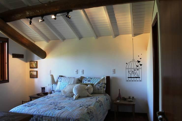 Aproveitamento de espaço para quarto adicional , com estrutura de madeira exposta .: Quartos  por Documenta Arquitetura sc ltda