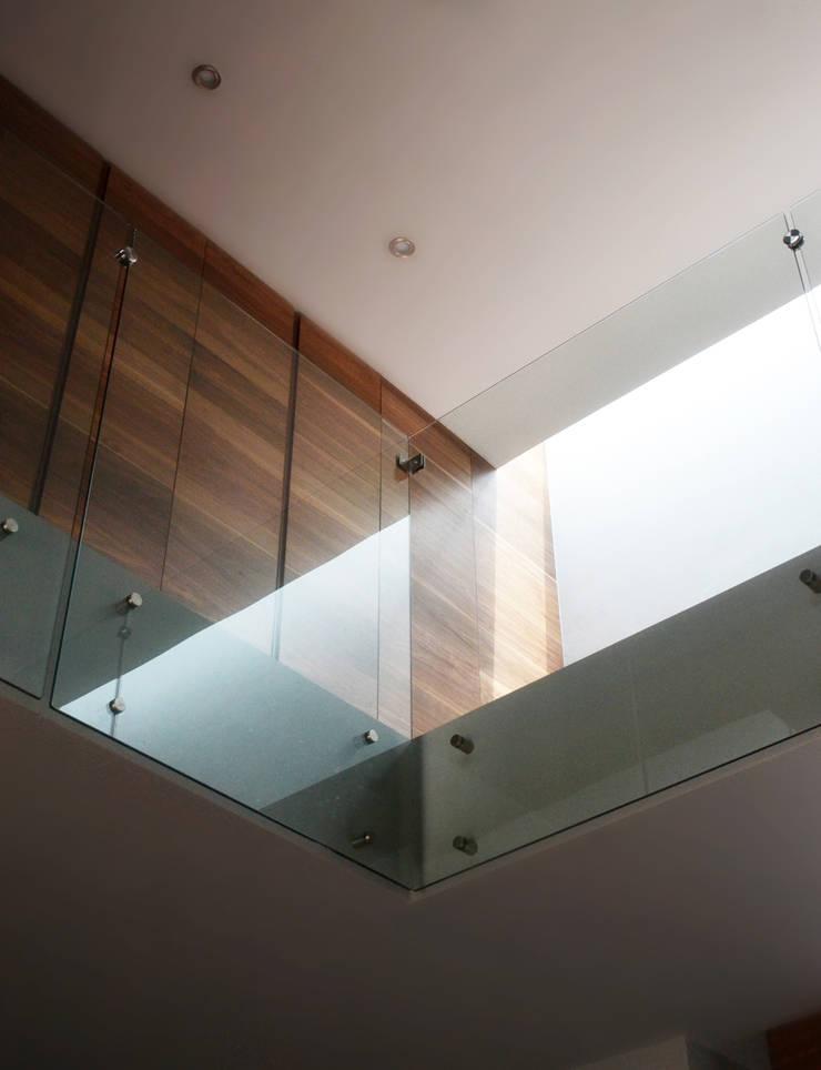 CASA UD: Pasillos y recibidores de estilo  por citylab Laboratorio de Arquitectura