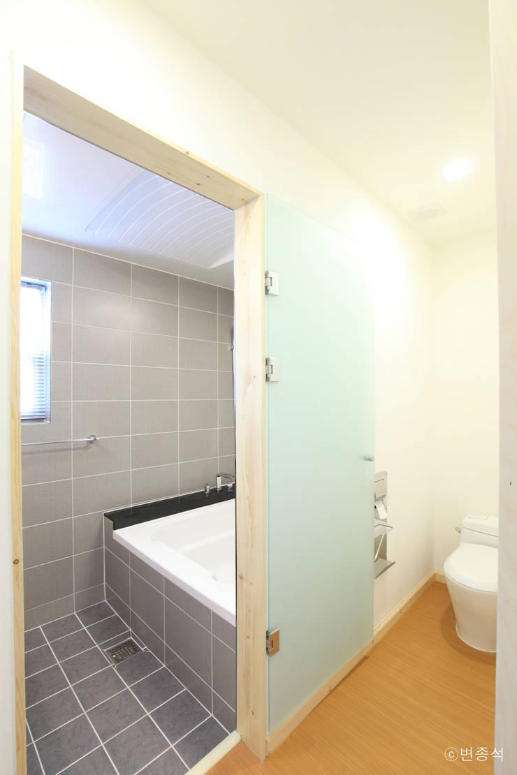 동탄주택: 춘건축의  욕실,모던