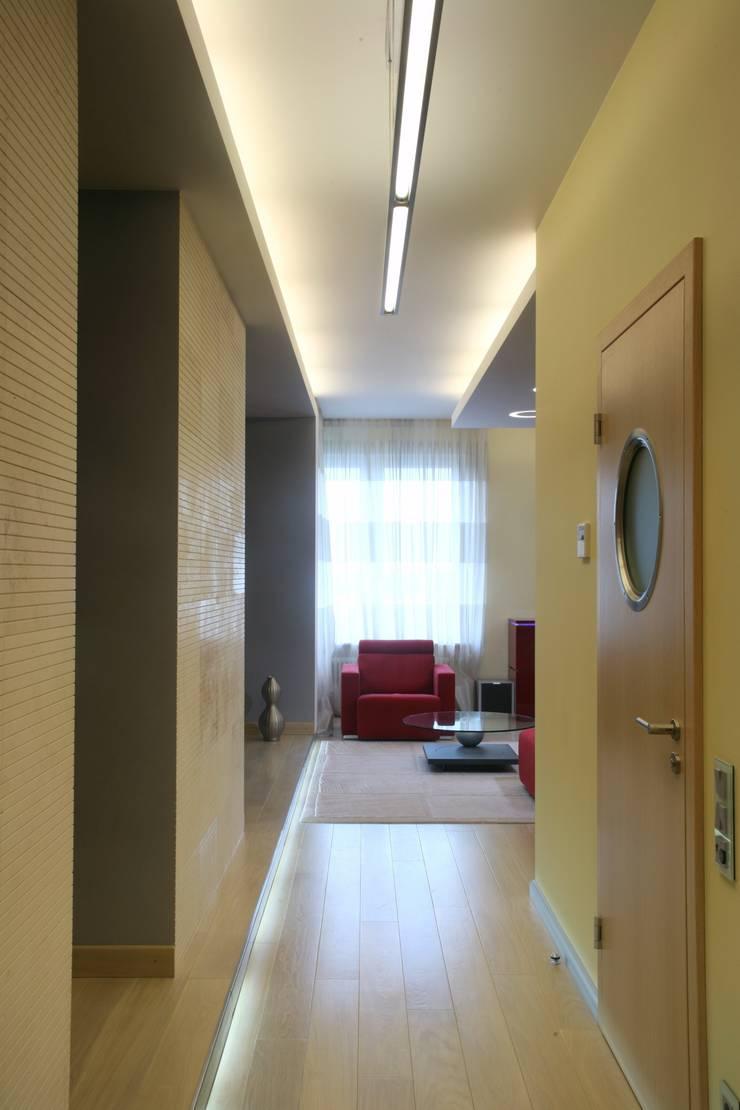 Холл, вид на гостиную: Коридор и прихожая в . Автор – Архитектурное бюро Лены Гординой