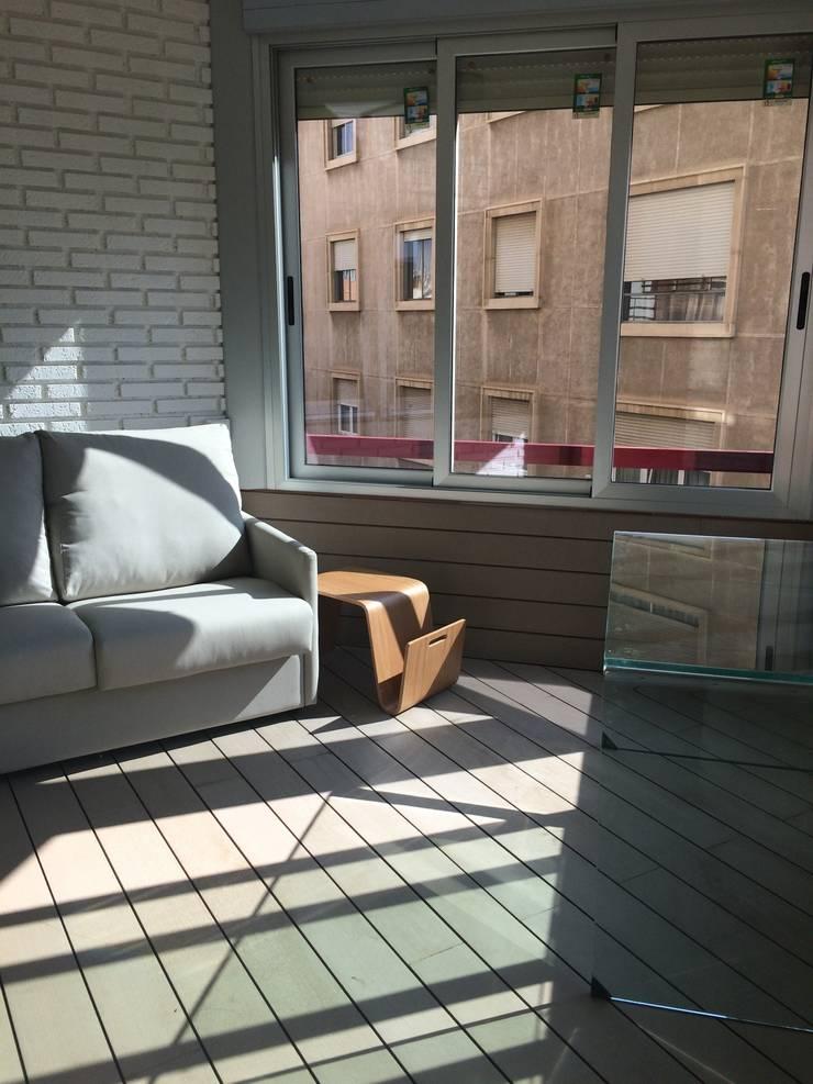 De balcón a espacio polivalente: Terrazas de estilo  de SAUCO DESIGN S.L.