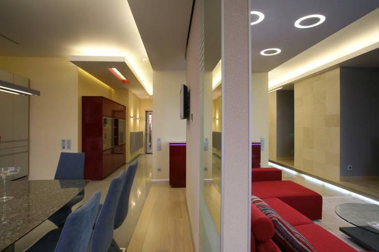 Гостиная, столовая, холлы: Гостиная в . Автор – Архитектурное бюро Лены Гординой