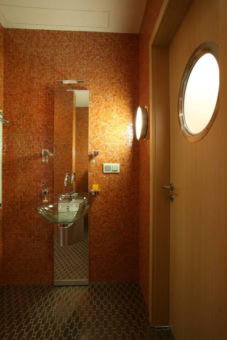 Гостевой санузел: Ванные комнаты в . Автор – Архитектурное бюро Лены Гординой