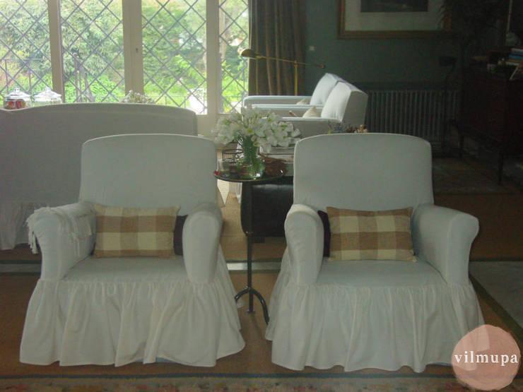 Sillones con fundas blancas a medida: Salones de estilo  de Vilmupa