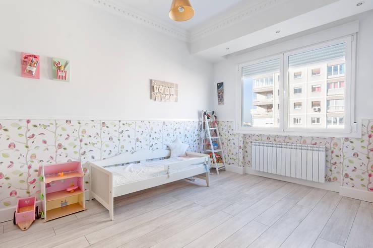 Dormitorio niña:  de estilo  de DISEÑO Y ARQUITECTURA INTERIOR