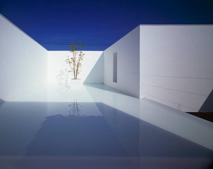 White Cave House: 山本卓郎建築設計事務所が手掛けたテラス・ベランダです。
