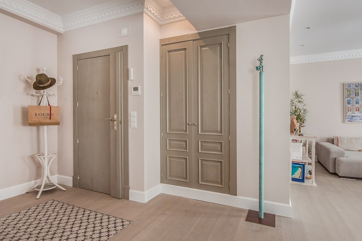 Entrada a la vivienda reformada:  de estilo  de DISEÑO Y ARQUITECTURA INTERIOR