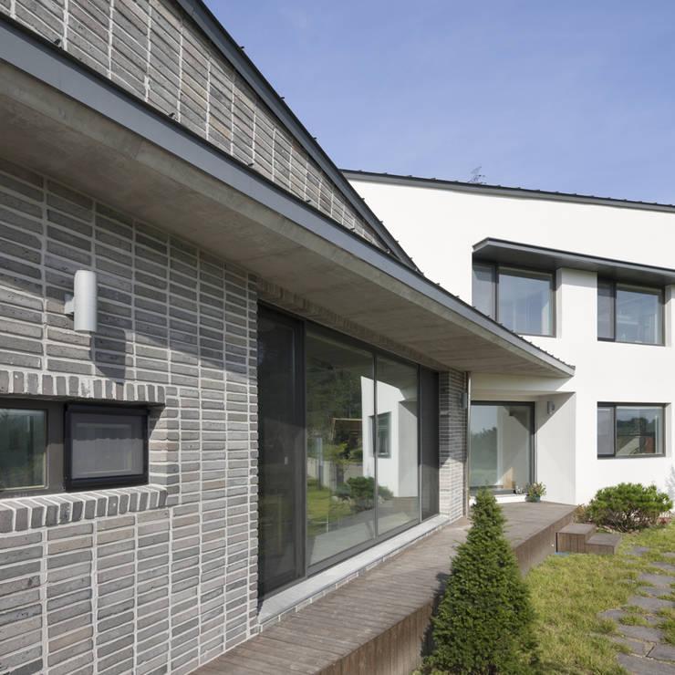 양평주택: SpaceMGT의  주택,모던