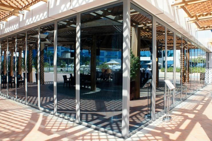 Bar & Club in stile  di SUNFLEX Aluminiumsysteme GmbH