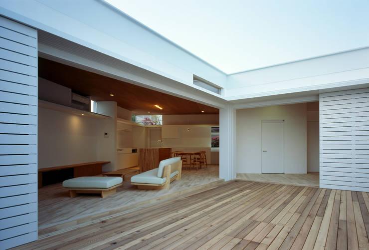 F-WHITE: 山本卓郎建築設計事務所が手掛けたテラス・ベランダです。