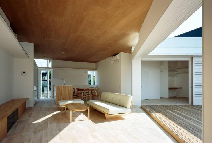 F-WHITE: 山本卓郎建築設計事務所が手掛けたリビングです。