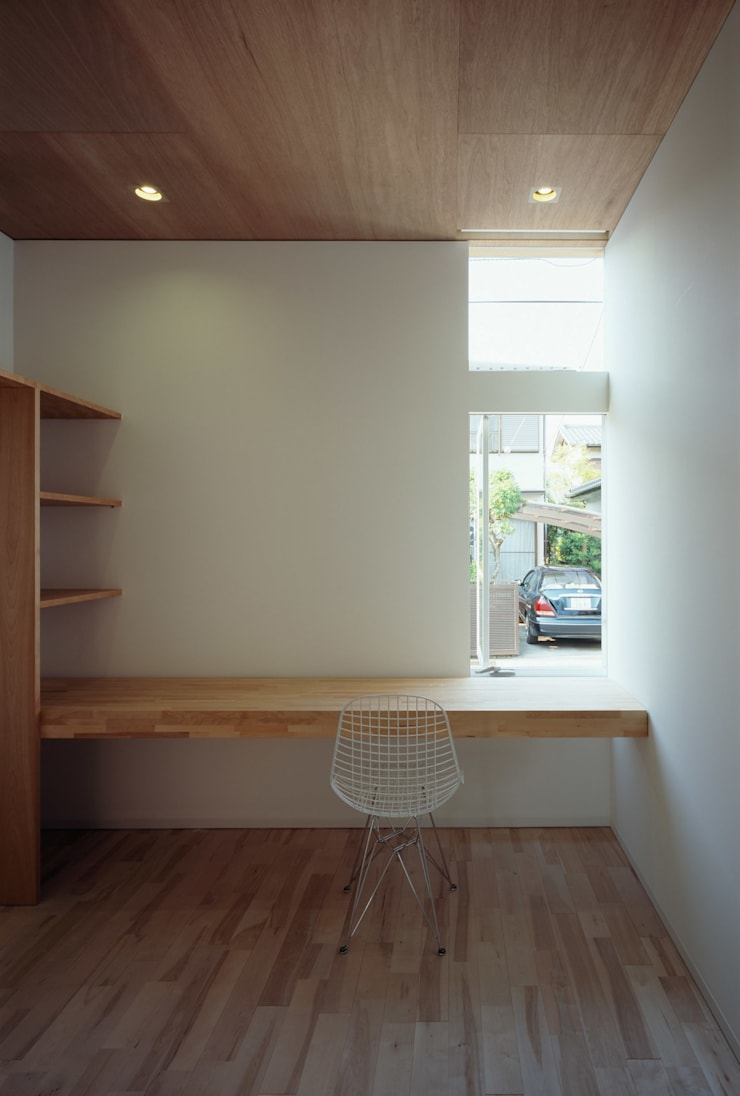 F-WHITE: 山本卓郎建築設計事務所が手掛けた書斎です。