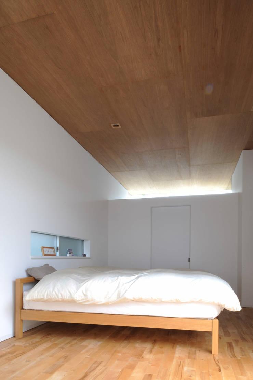 F-WHITE: 山本卓郎建築設計事務所が手掛けた寝室です。