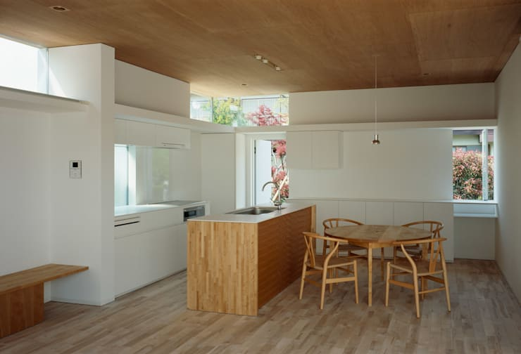 F-WHITE: 山本卓郎建築設計事務所が手掛けたキッチンです。