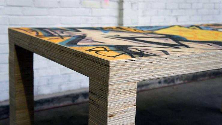 Tafel van gerecycled plaatmateriaal:  Eetkamer door OneSevenTree