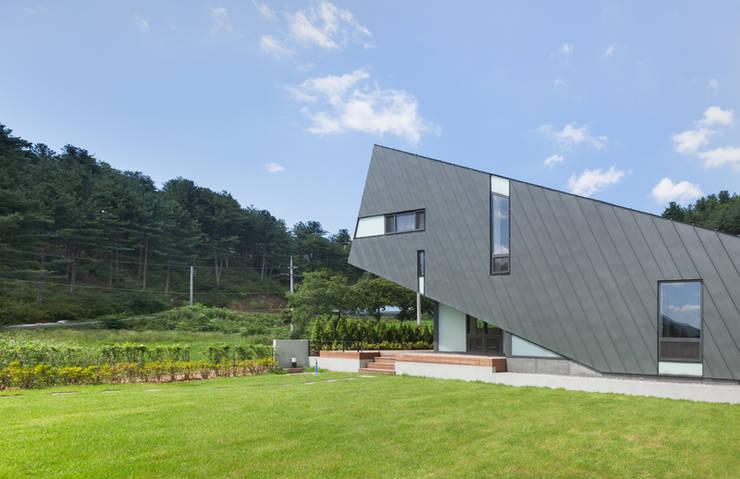 Leaning House: PRAUD의  주택