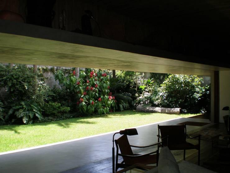Residência Jacupiranga: Jardins  por Rodrigo Oliveira Paisagismo,Tropical