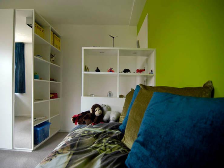 Bed met doorkijkkast Moderne kinderkamers van Schindler interieurarchitecten Modern
