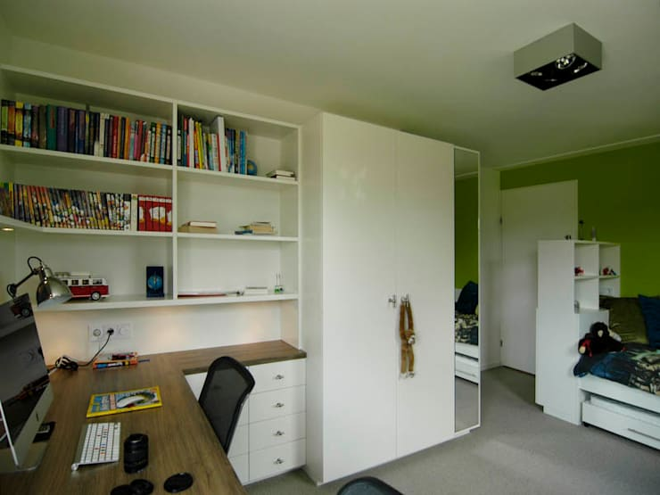 Boekekast en studeerhoek Moderne kinderkamers van Schindler interieurarchitecten Modern