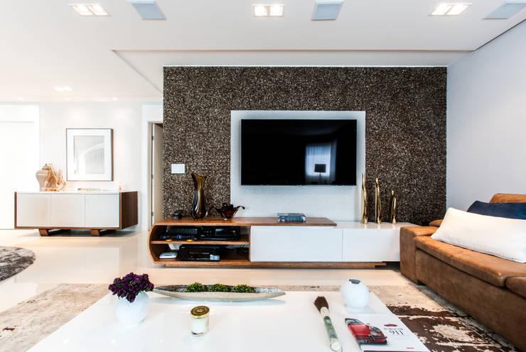 Estar com TV: Salas de estar  por Barbara Dundes | ARQ + DESIGN