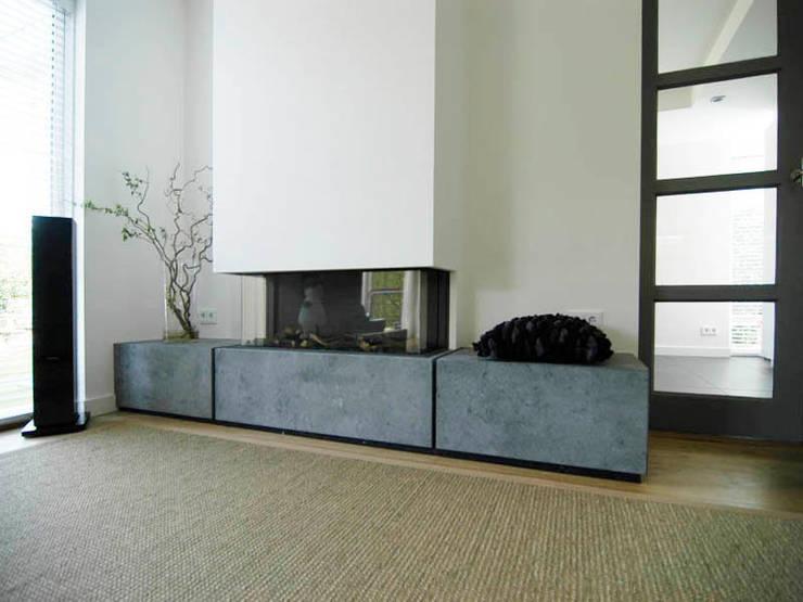 Moderne haard:  Woonkamer door Schindler interieurarchitecten