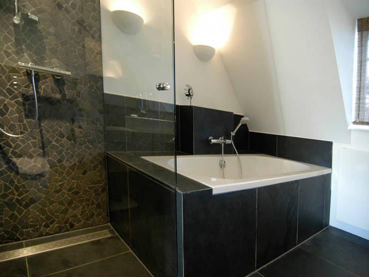Modern bad:  Badkamer door Schindler interieurarchitecten