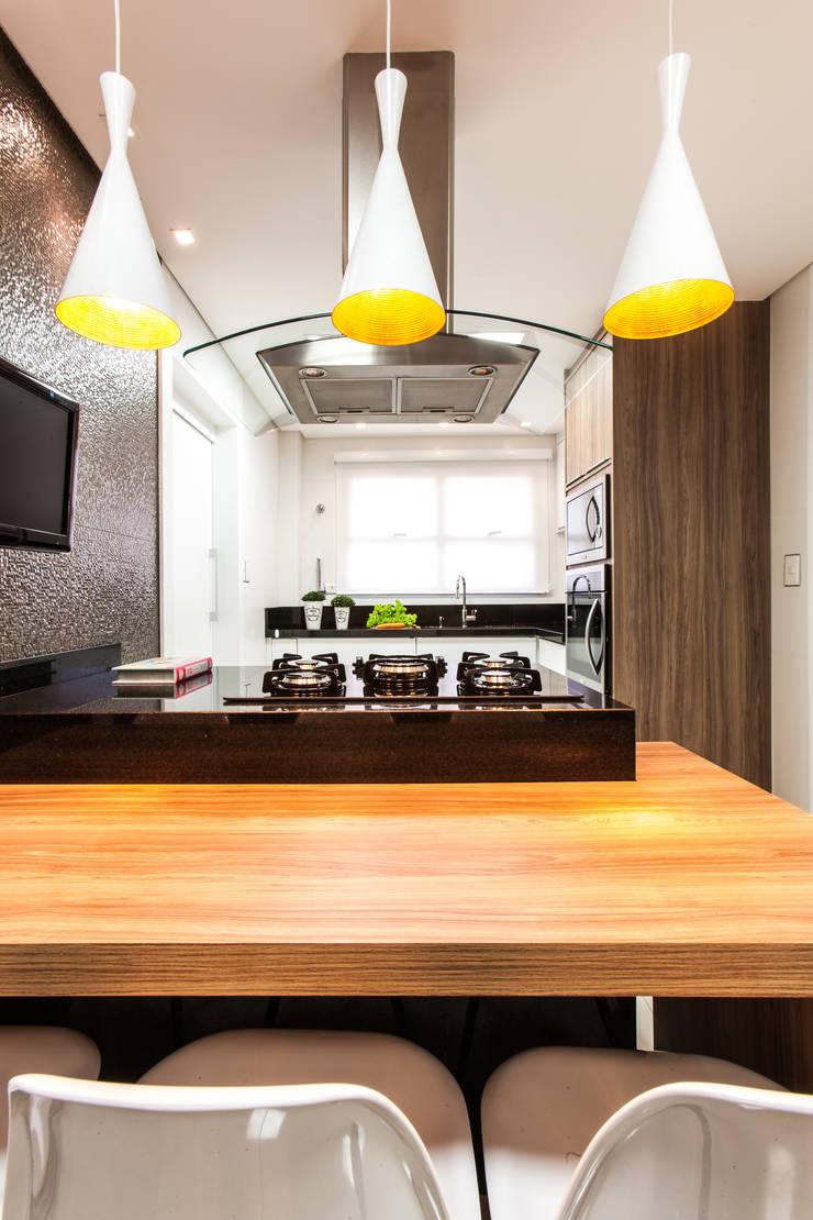Cozinha com tons neutros: Cozinhas  por Barbara Dundes | ARQ + DESIGN,