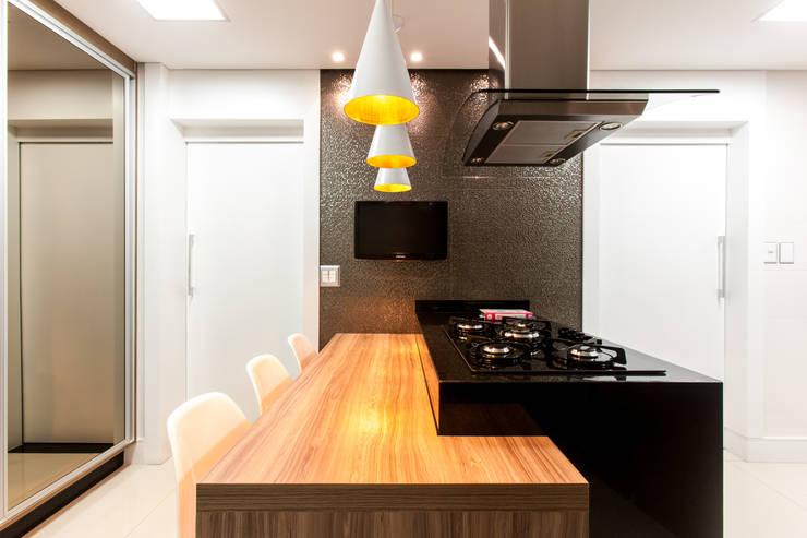 Bancada gourmet: Cozinhas  por Barbara Dundes | ARQ + DESIGN,