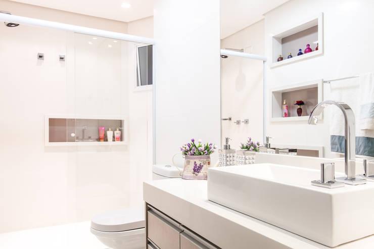 Banheiro com tons neutros: Banheiros  por Barbara Dundes | ARQ + DESIGN,