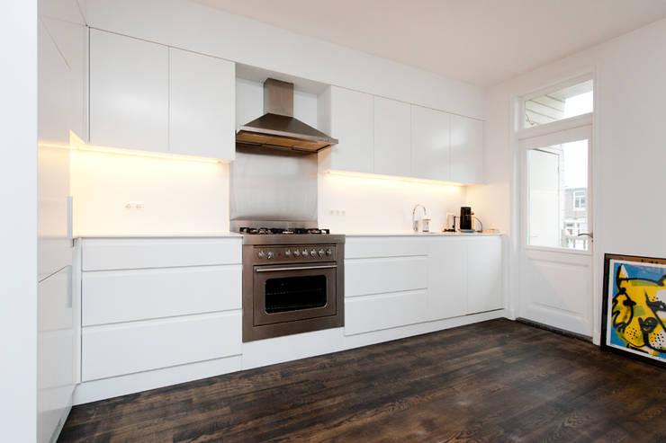 Interieur dubbele bovenwoning met vide:  Keuken door Het Ontwerphuis