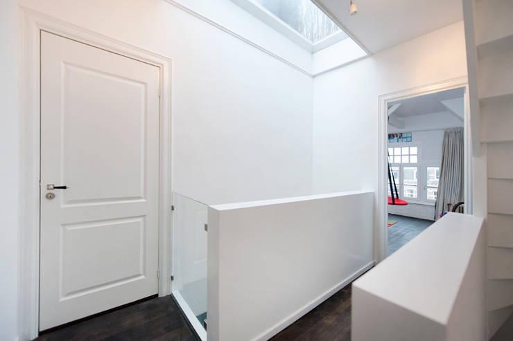 Interieur dubbele bovenwoning met vide:  Gang en hal door Het Ontwerphuis