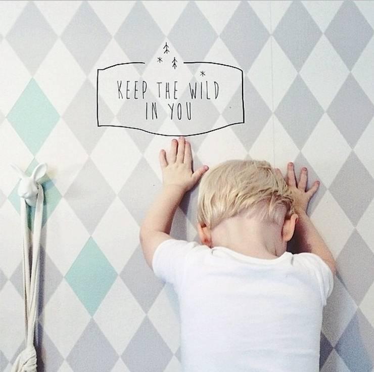 Keep the wild in you: Quarto de crianças  por catita illustrations®