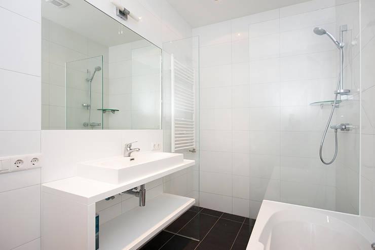 Extra verdieping wordt expatloft:  Badkamer door Het Ontwerphuis