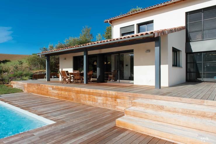 La terrasse: Terrasse de style  par POUGET Agnès