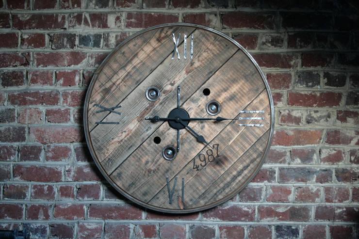 """Horloge """"Initio"""": Salon de style  par Atelier du Parfond"""
