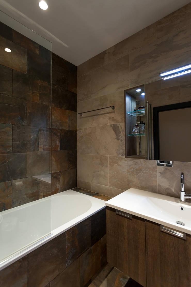 Квартира с характером: Ванные комнаты в . Автор – LPetresku, Минимализм