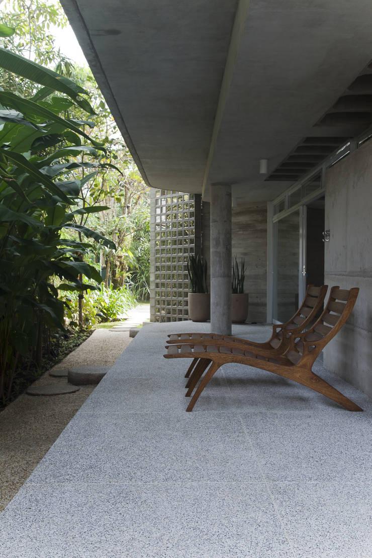 Casa Baleião: Terraços  por Gustavo Calazans Arquitetura