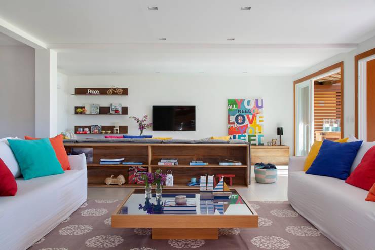 Projeto Buzios Manguinhos: Salas de estar modernas por Adriana Valle e Patricia Carvalho
