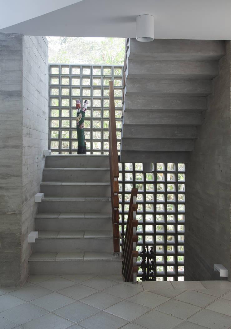 Casa Baleião: Corredores e halls de entrada  por Gustavo Calazans Arquitetura