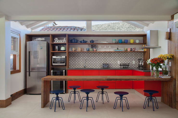 Projeto Buzios Manguinhos: Cozinhas  por Adriana Valle e Patricia Carvalho