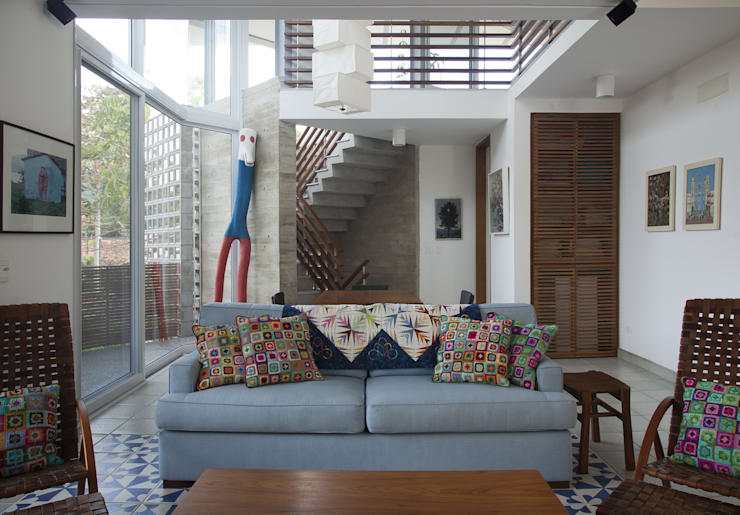 Casa Baleião: Salas de estar  por Gustavo Calazans Arquitetura