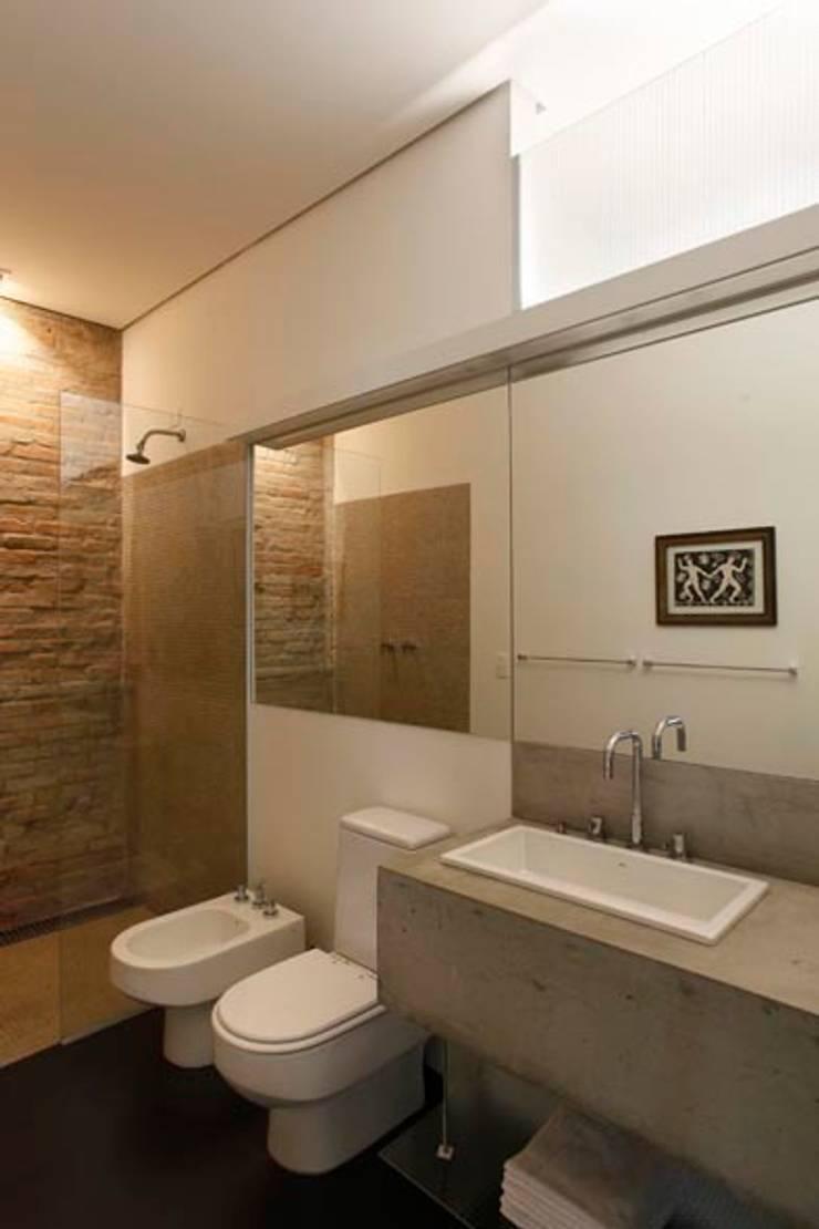 Retrofit Residência Higienópolis 1: Banheiros  por Gustavo Calazans Arquitetura,Minimalista