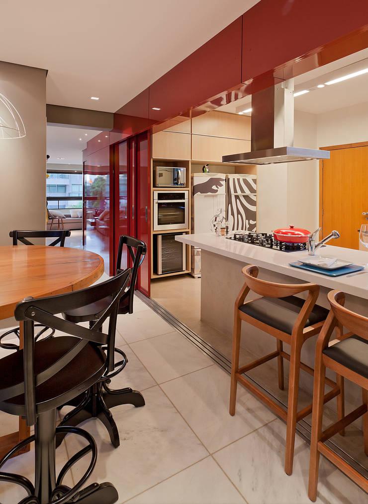 RESIDÊNCIA SERRANOS: Salas de jantar  por Isabela Bethônico Arquitetura