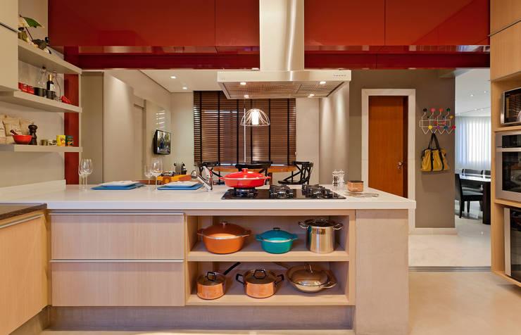 RESIDÊNCIA SERRANOS: Cozinhas  por Isabela Bethônico Arquitetura