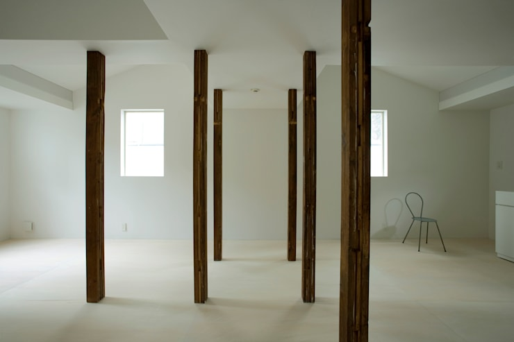 wooden forest apartement: 池田雪絵大野俊治 一級建築士事務所が手掛けたリビングです。