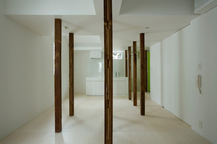 wooden forest apartement: 池田雪絵大野俊治 一級建築士事務所が手掛けたリビングです。